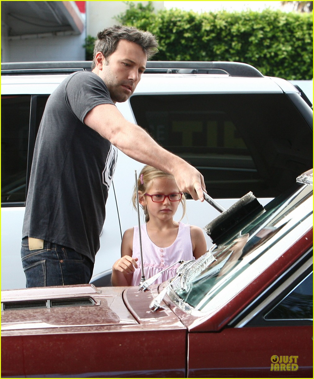 ben affleck violet work as one to clean car windshields 15