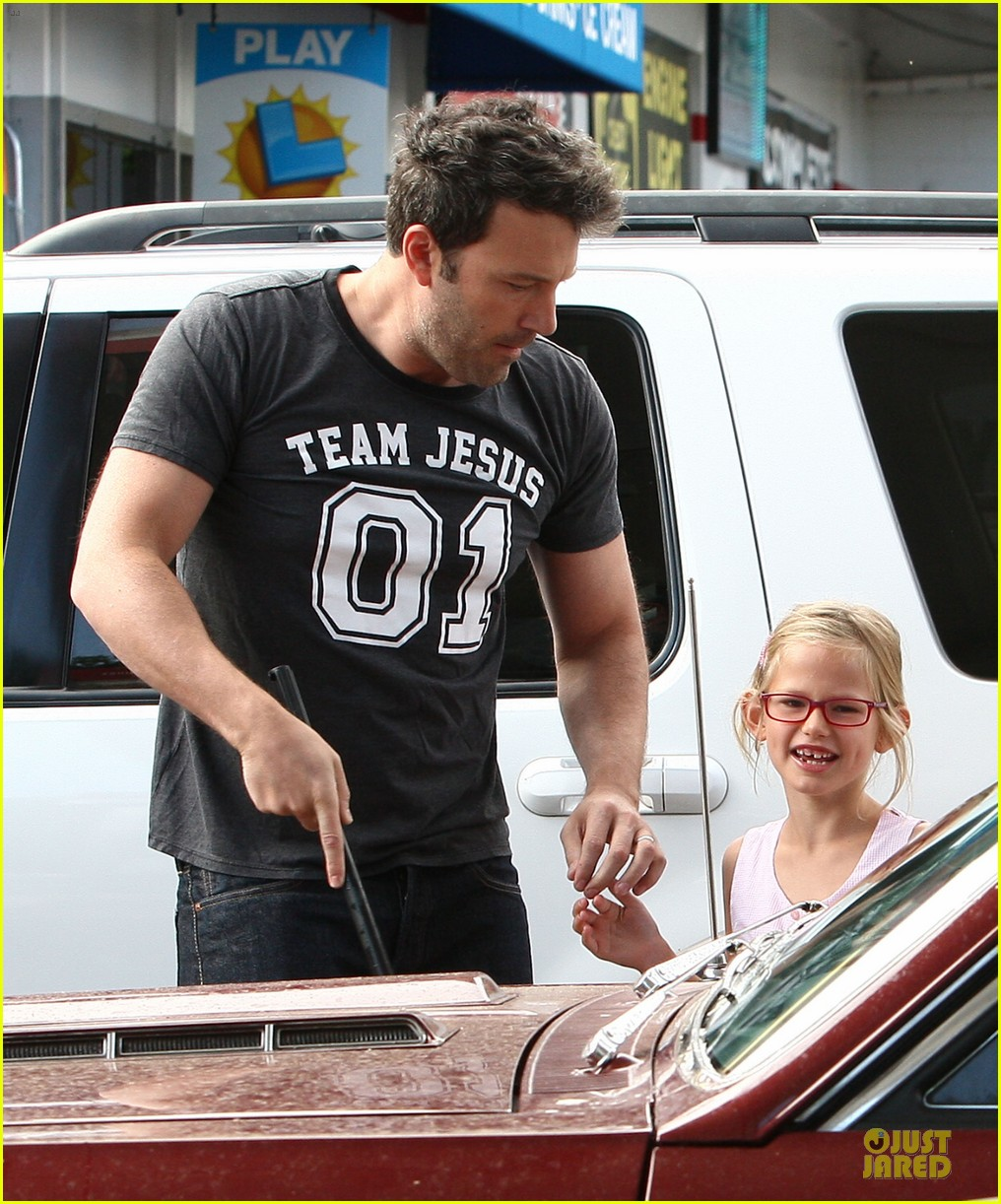 ben affleck violet work as one to clean car windshields 162915649