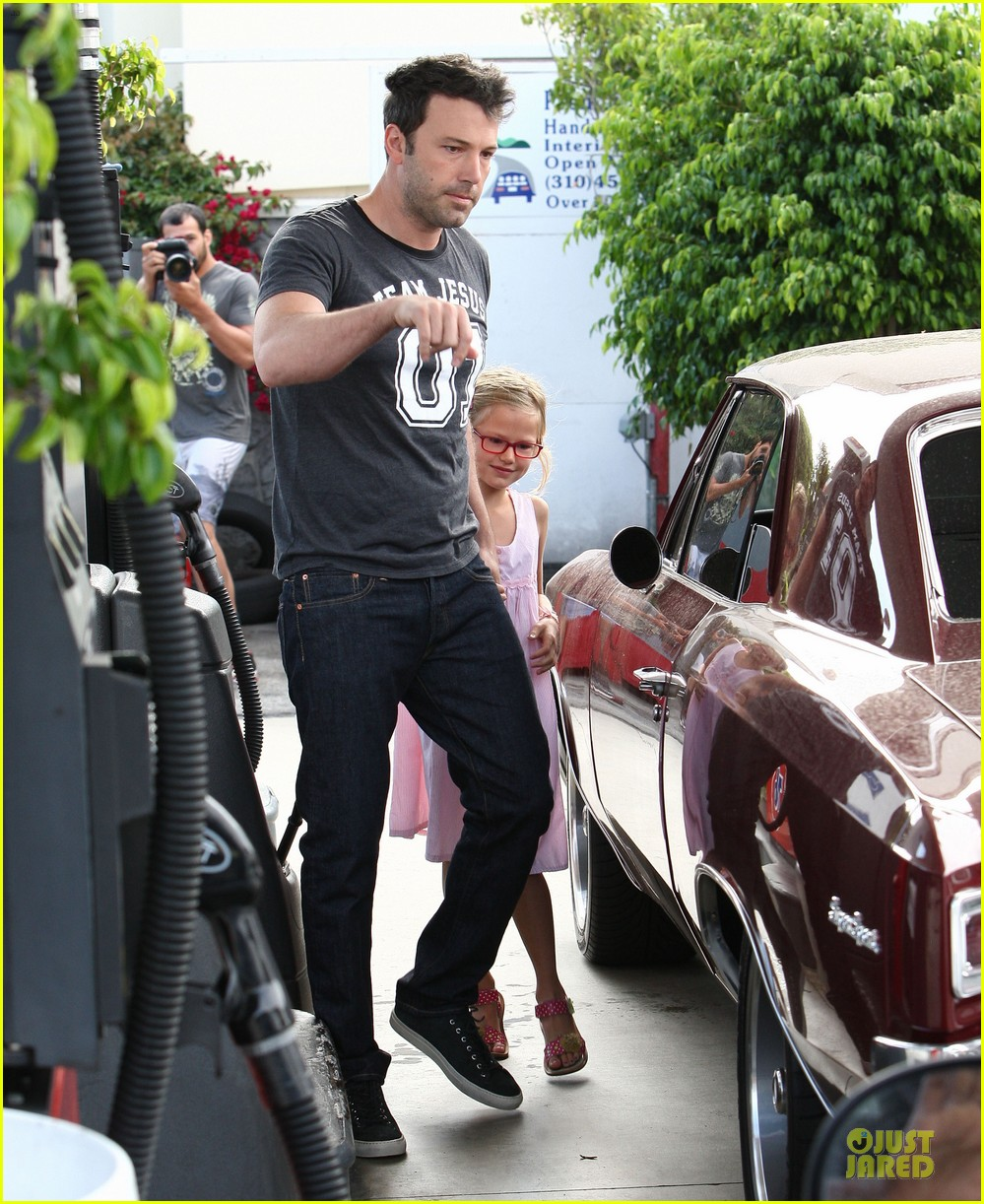 ben affleck violet work as one to clean car windshields 182915651