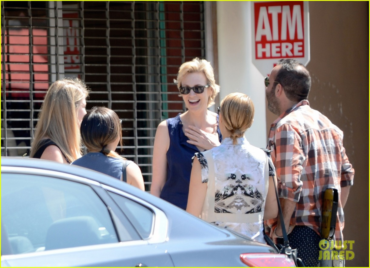 dianna agron jenna ushkowitz hug at lunch 052911010