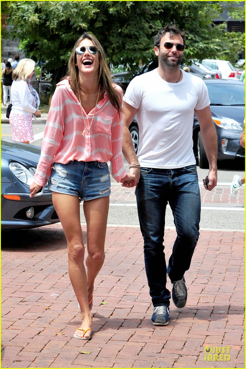 alessandra ambrosio jamie mazur hold hands after july 4 09