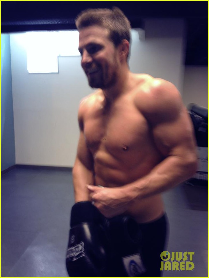 stephen amell shows off buff shirtless body for arrow season two 032909793