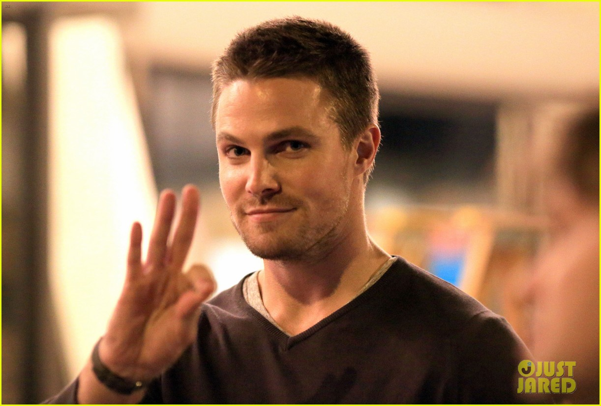 stephen amell yoga poses have no regard for testicles 102912061