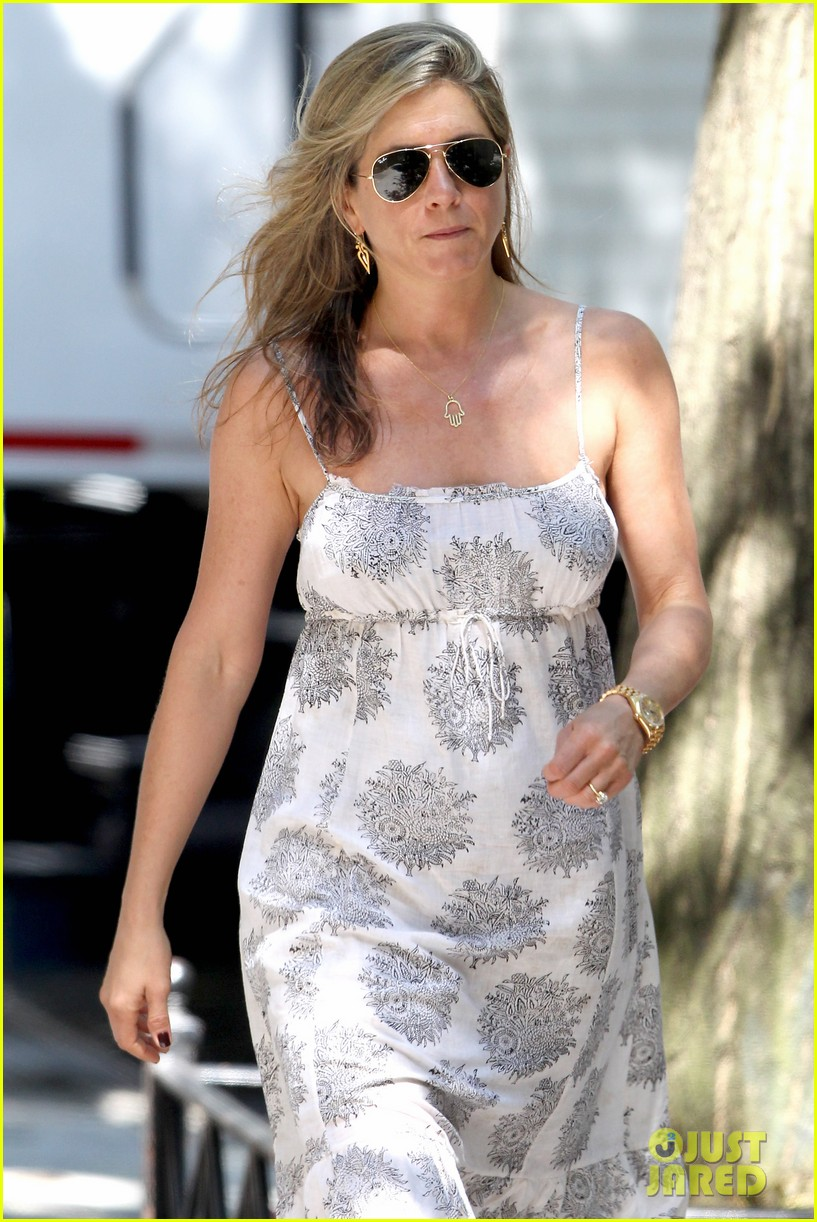 jennifer aniston continues squirrels to the nuts filming 022911466