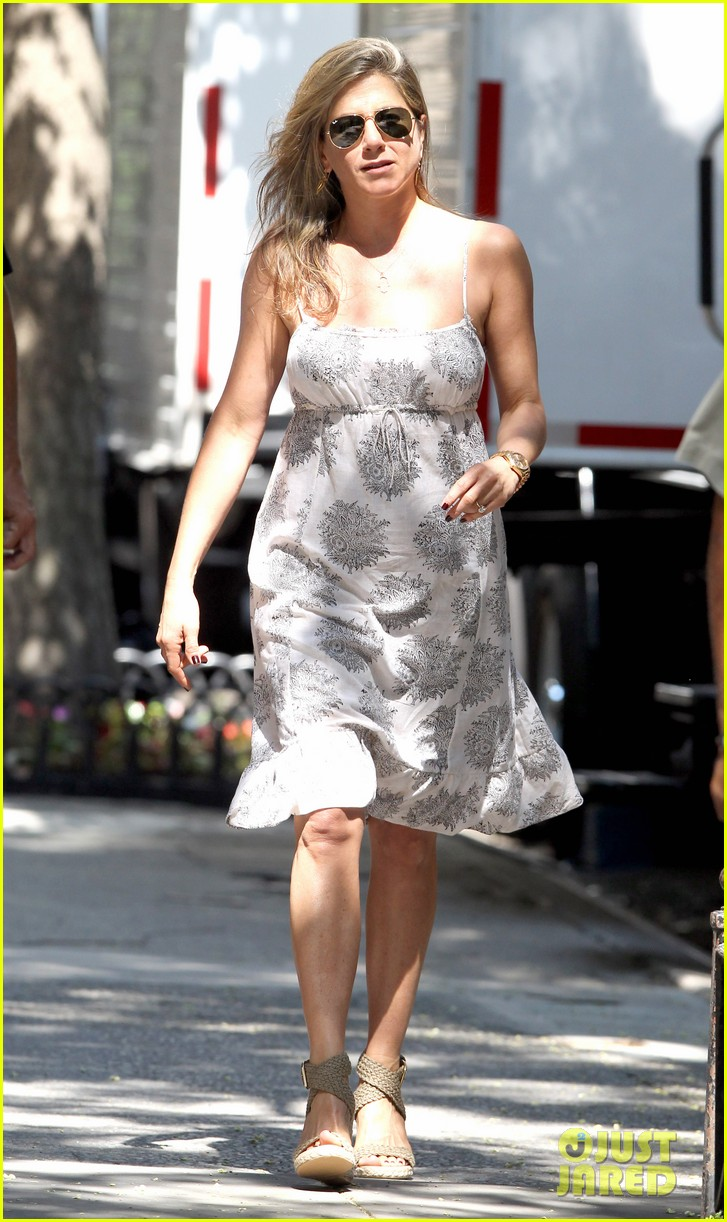 jennifer aniston continues squirrels to the nuts filming 032911467