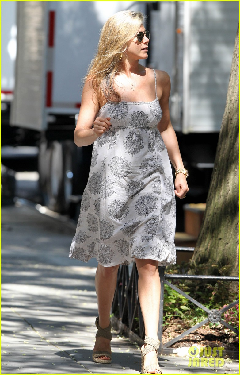 jennifer aniston continues squirrels to the nuts filming 052911469