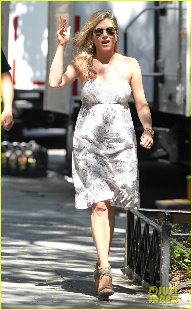 jennifer aniston continues squirrels to the nuts filming 062911470