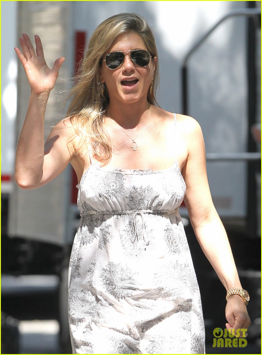 jennifer aniston continues squirrels to the nuts filming 072911471