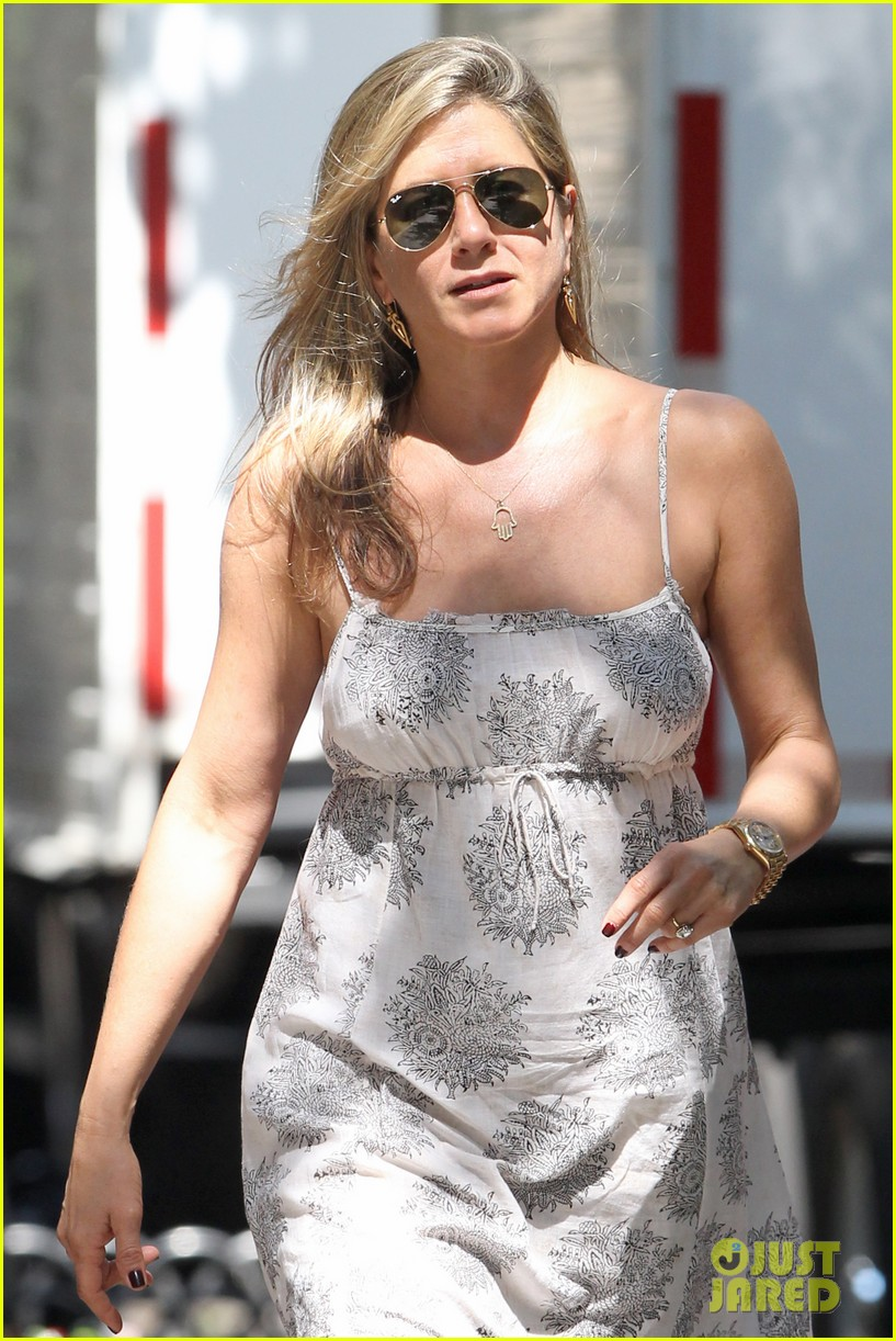 jennifer aniston continues squirrels to the nuts filming 092911473