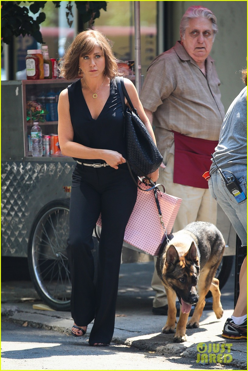 jennifer aniston walks dog gets justin theroux visit on set 06