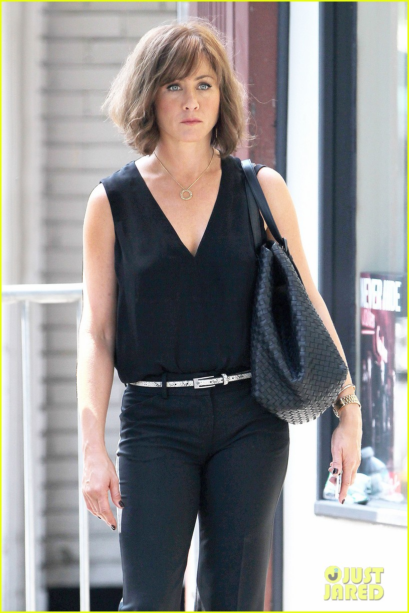 jennifer aniston walks dog gets justin theroux visit on set 132910960