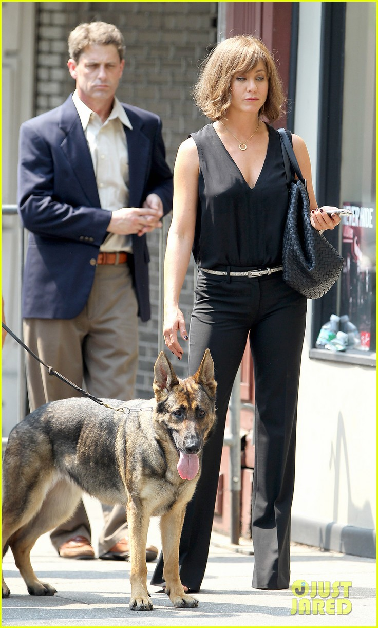 jennifer aniston walks dog gets justin theroux visit on set 27