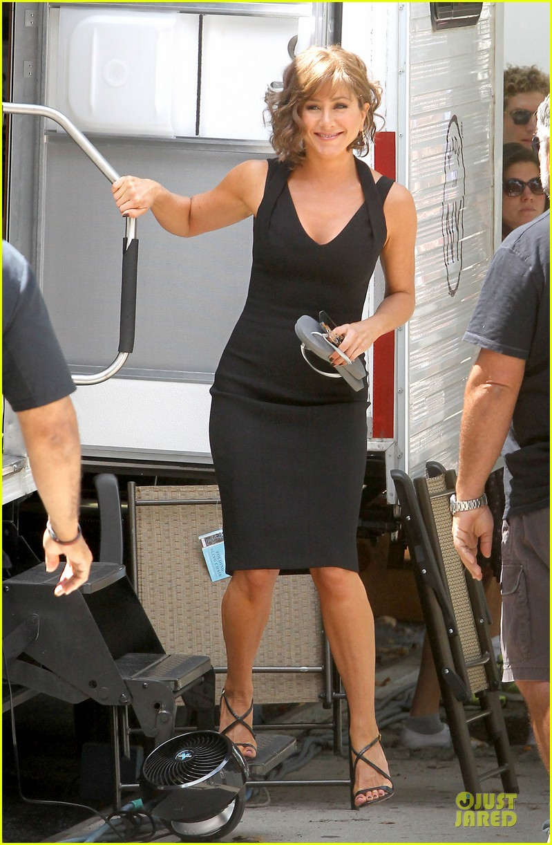 jennifer aniston adoring fans on squirrels to the nuts set 212915315