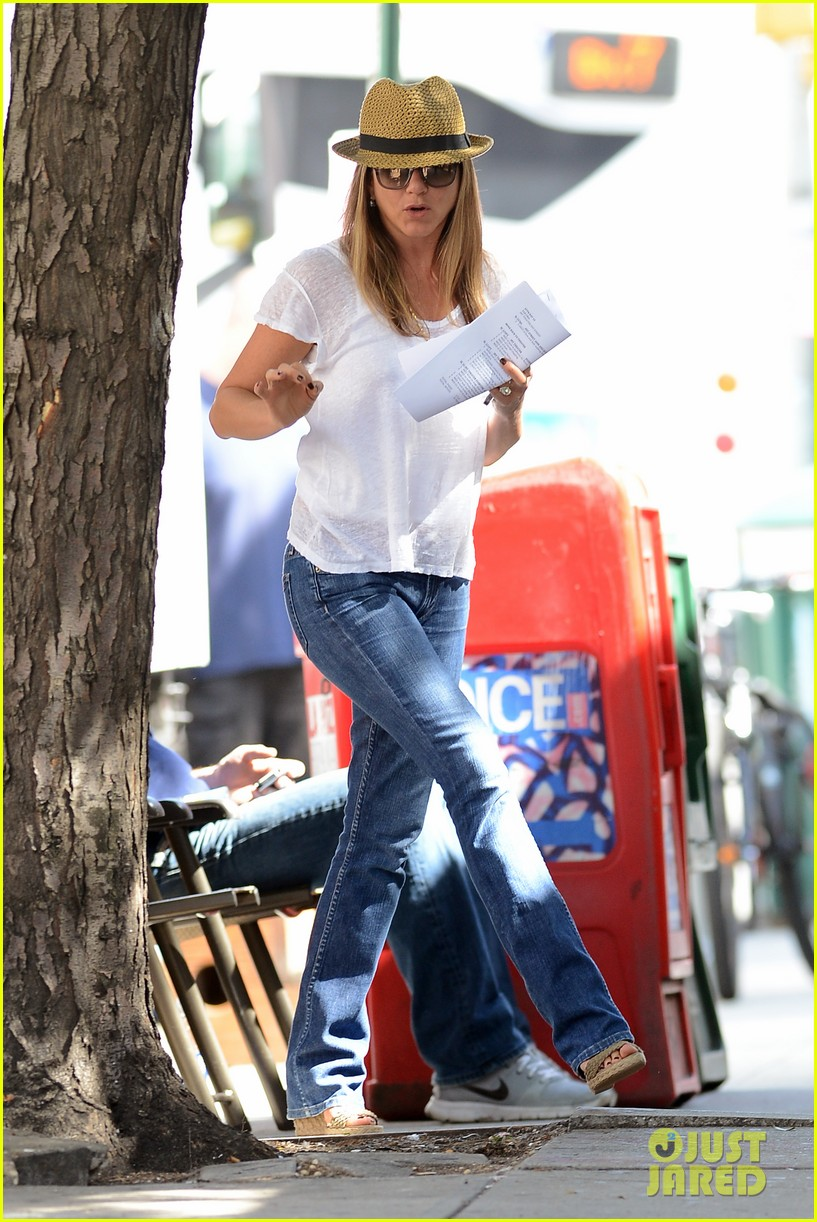 jennifer aniston squirrels to the nuts with rhys ifans 05