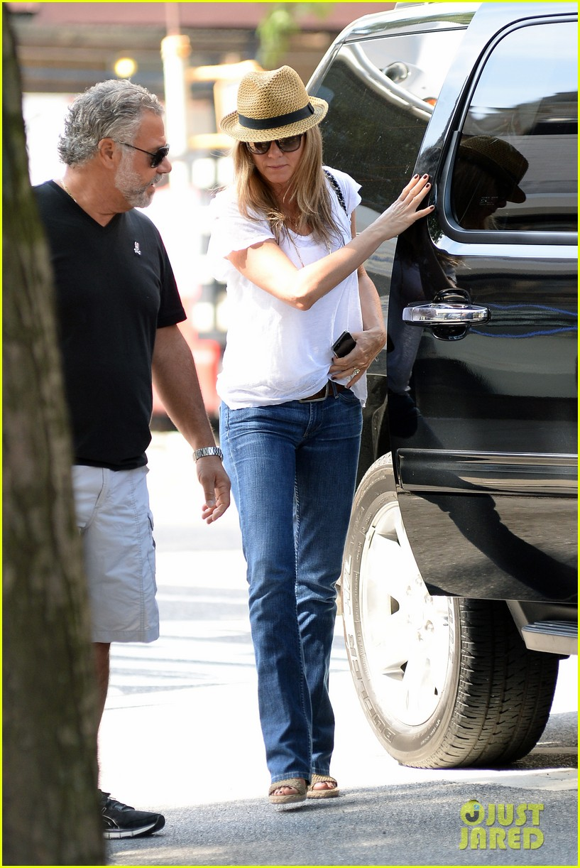 jennifer aniston squirrels to the nuts with rhys ifans 112921023