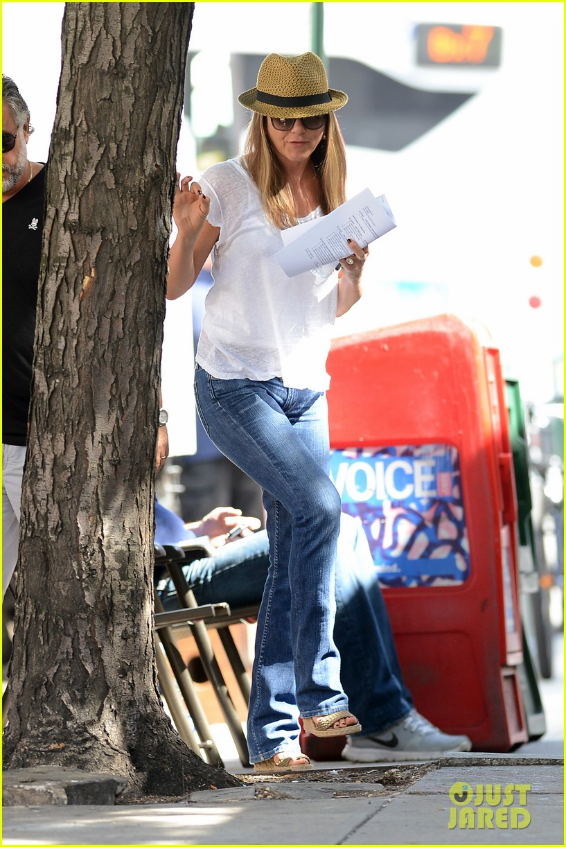 jennifer aniston squirrels to the nuts with rhys ifans 202921032