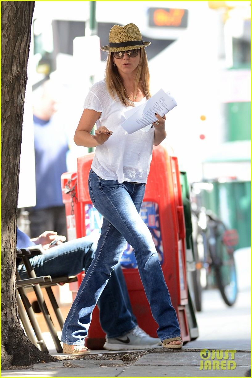 jennifer aniston squirrels to the nuts with rhys ifans 212921033