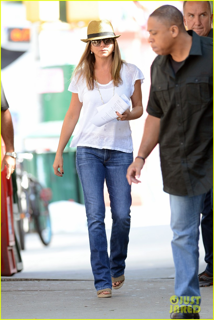 jennifer aniston squirrels to the nuts with rhys ifans 252921037