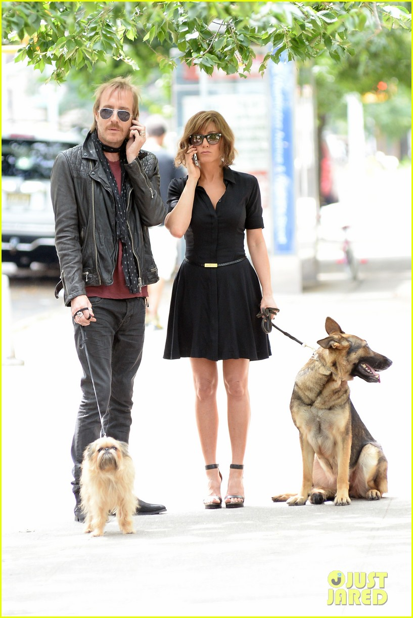 jennifer aniston squirrels to the nuts with rhys ifans 302921042