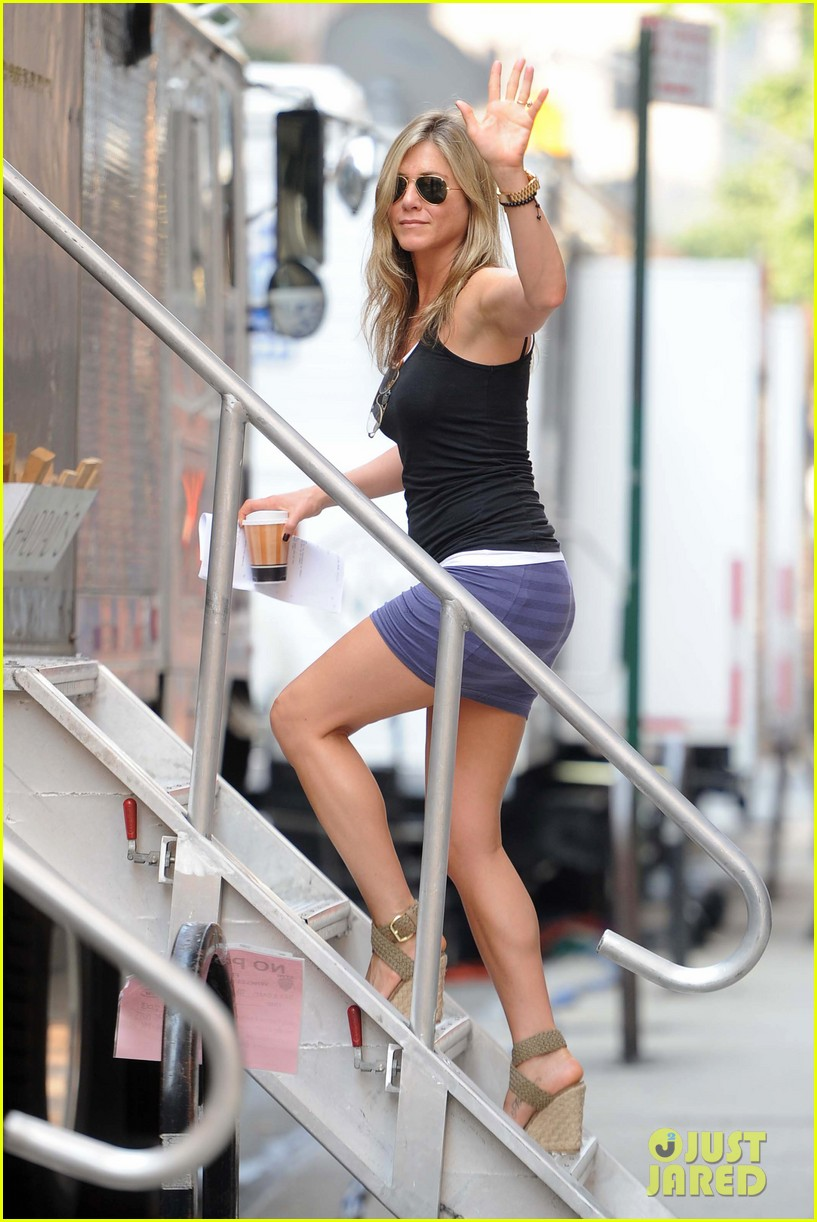 jennifer aniston gets into wig costume for squirrels 062912381