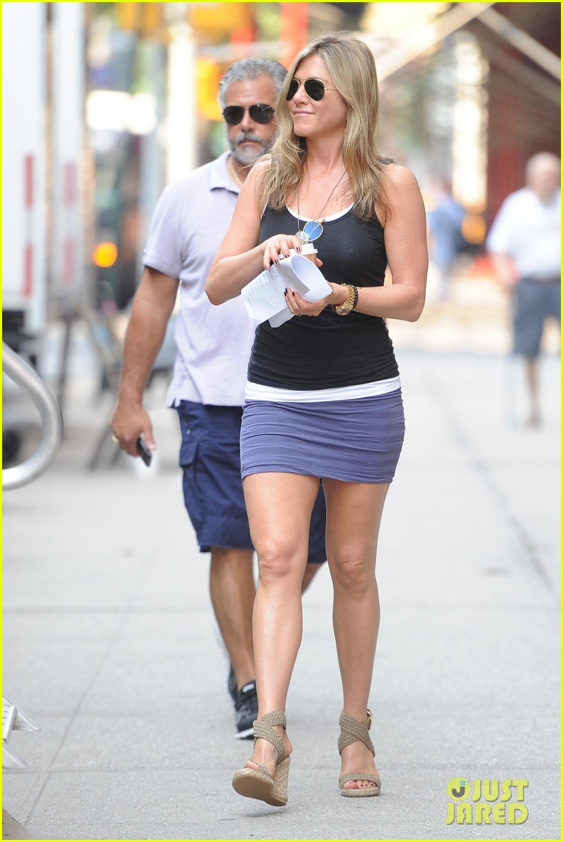 jennifer aniston gets into wig costume for squirrels 072912382