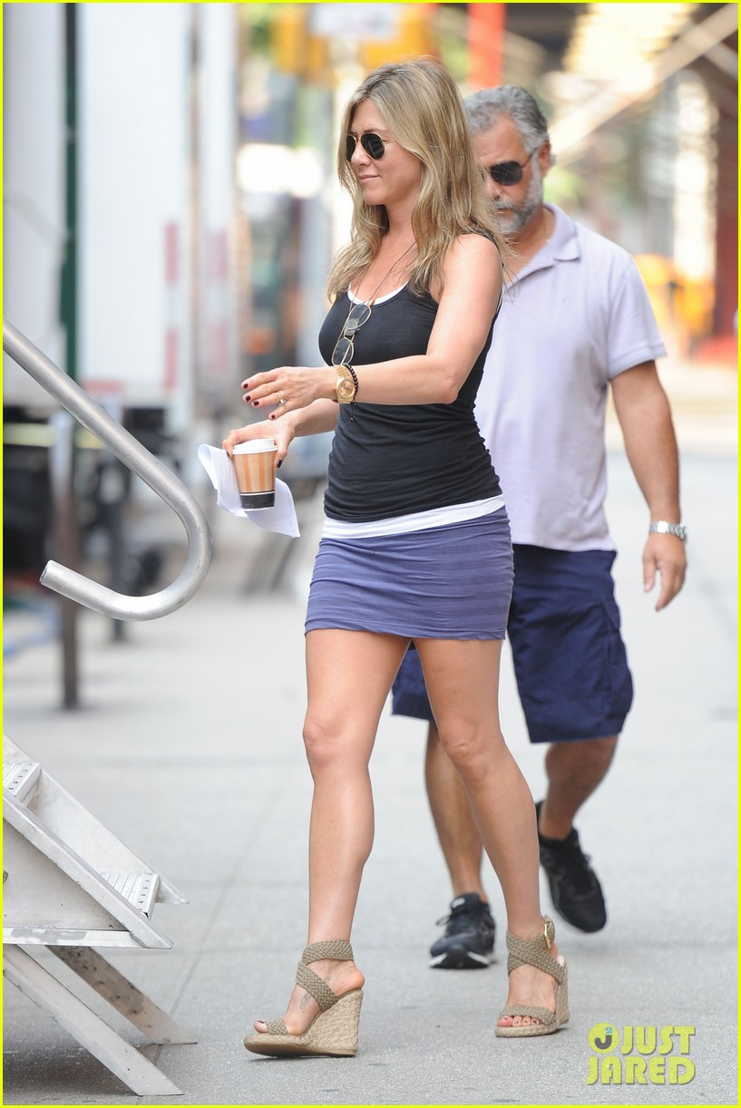 jennifer aniston gets into wig costume for squirrels 122912387
