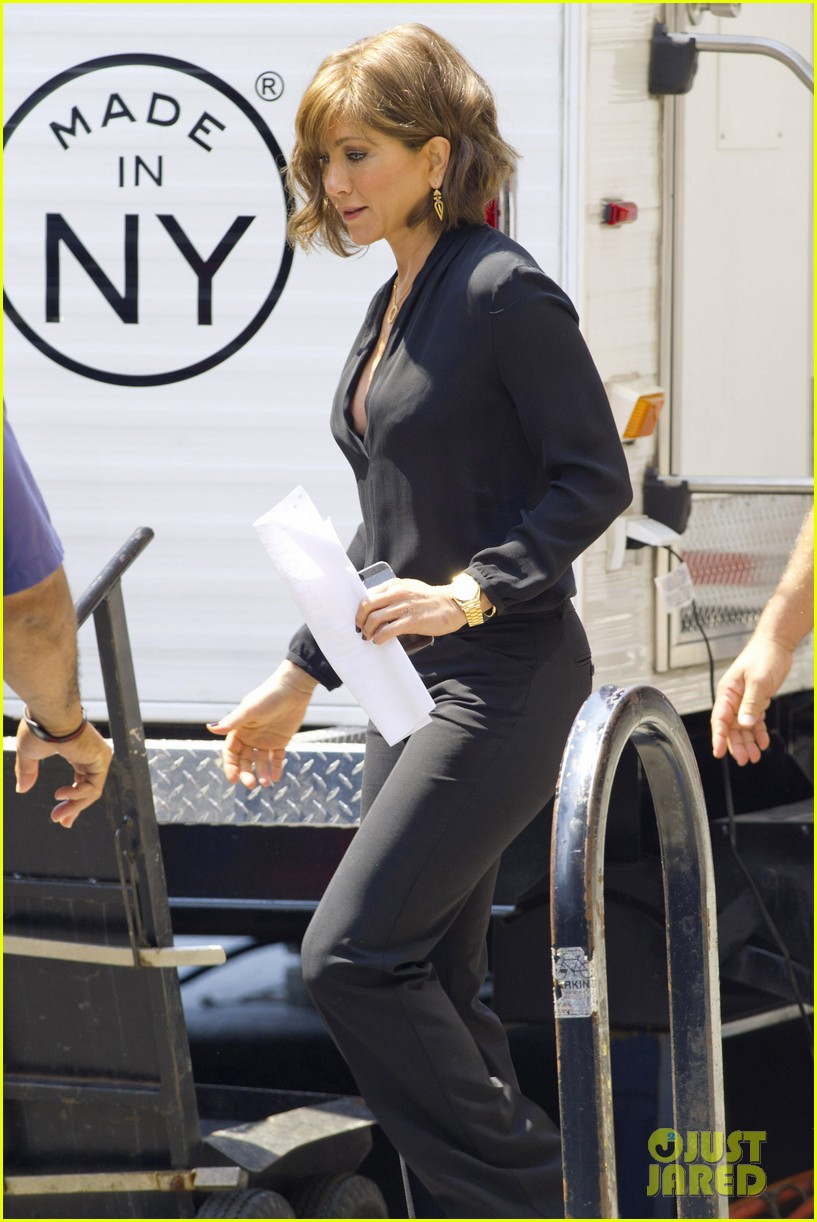 jennifer aniston gets into wig costume for squirrels 192912394