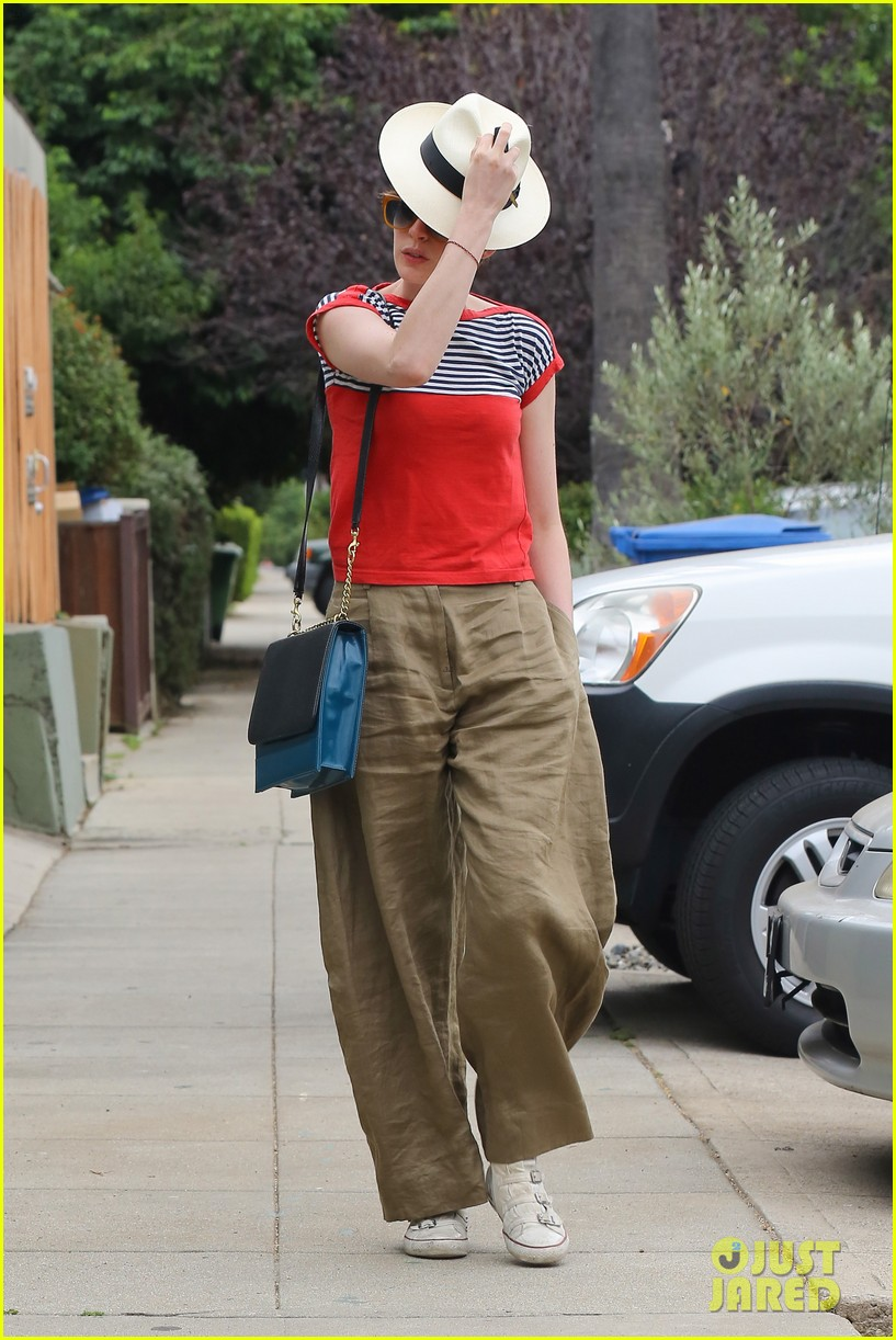 anne hathaway visits friends in beverly hills 042907662