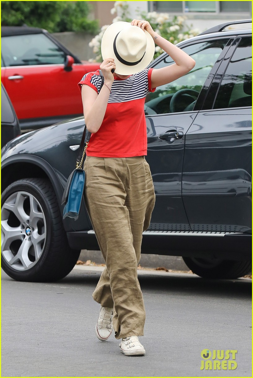 anne hathaway visits friends in beverly hills 102907668