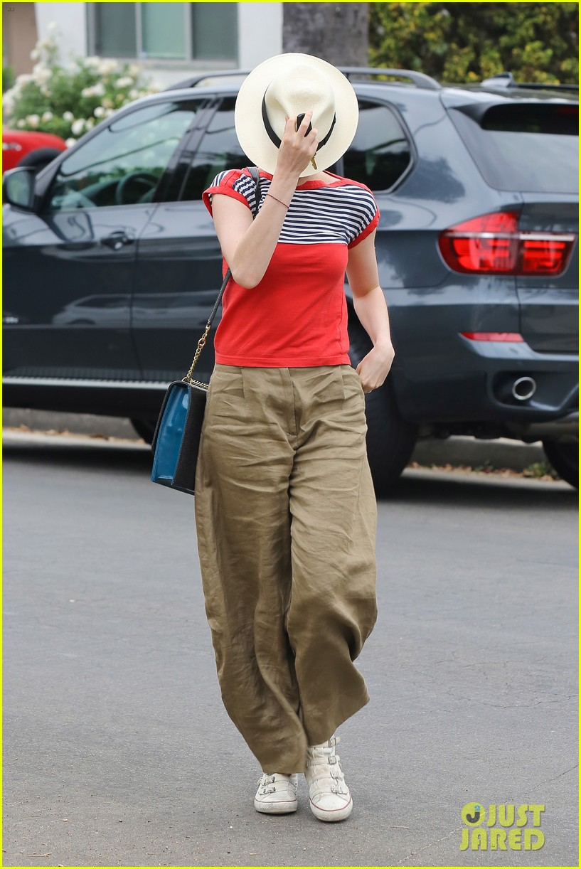 anne hathaway visits friends in beverly hills 122907670