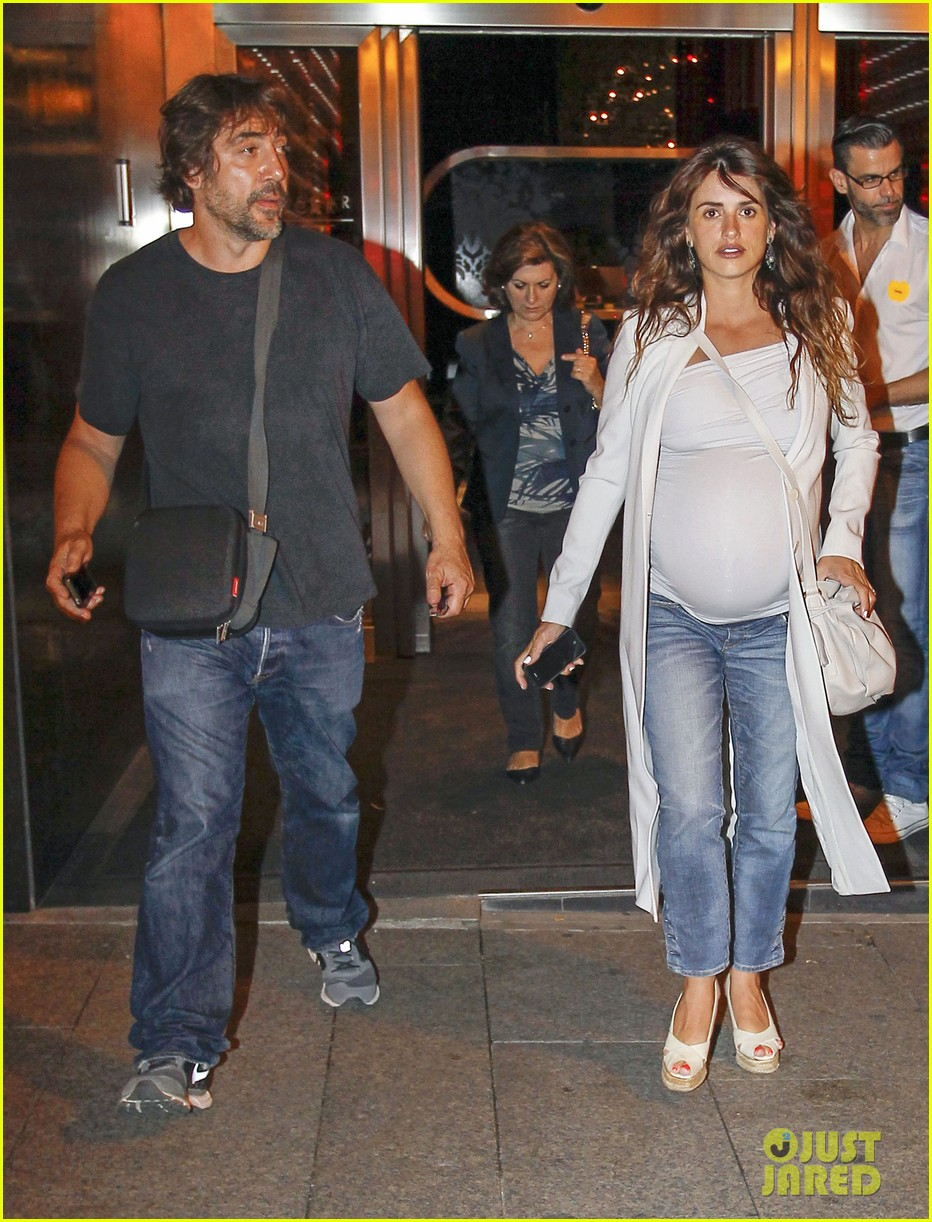 pregnant penelope cruz javier bardem dine out with family 032913893