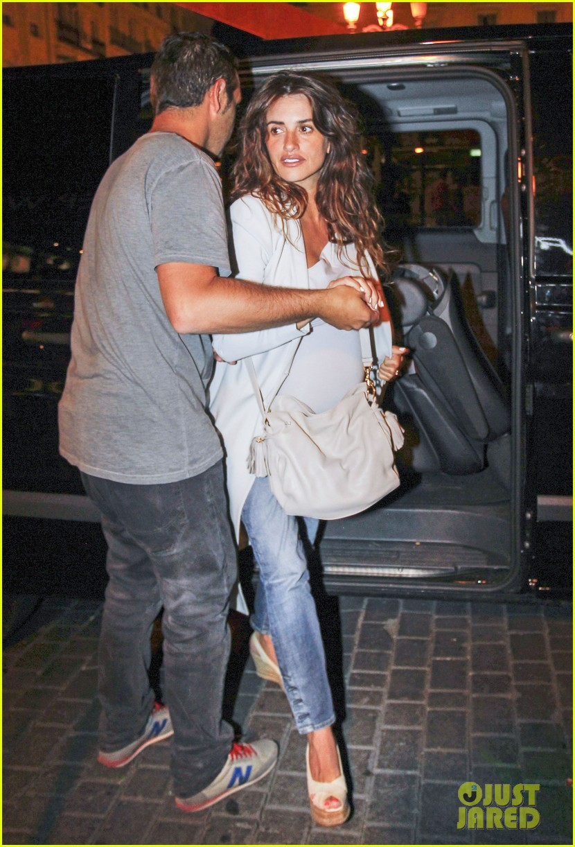 pregnant penelope cruz javier bardem dine out with family 062913896