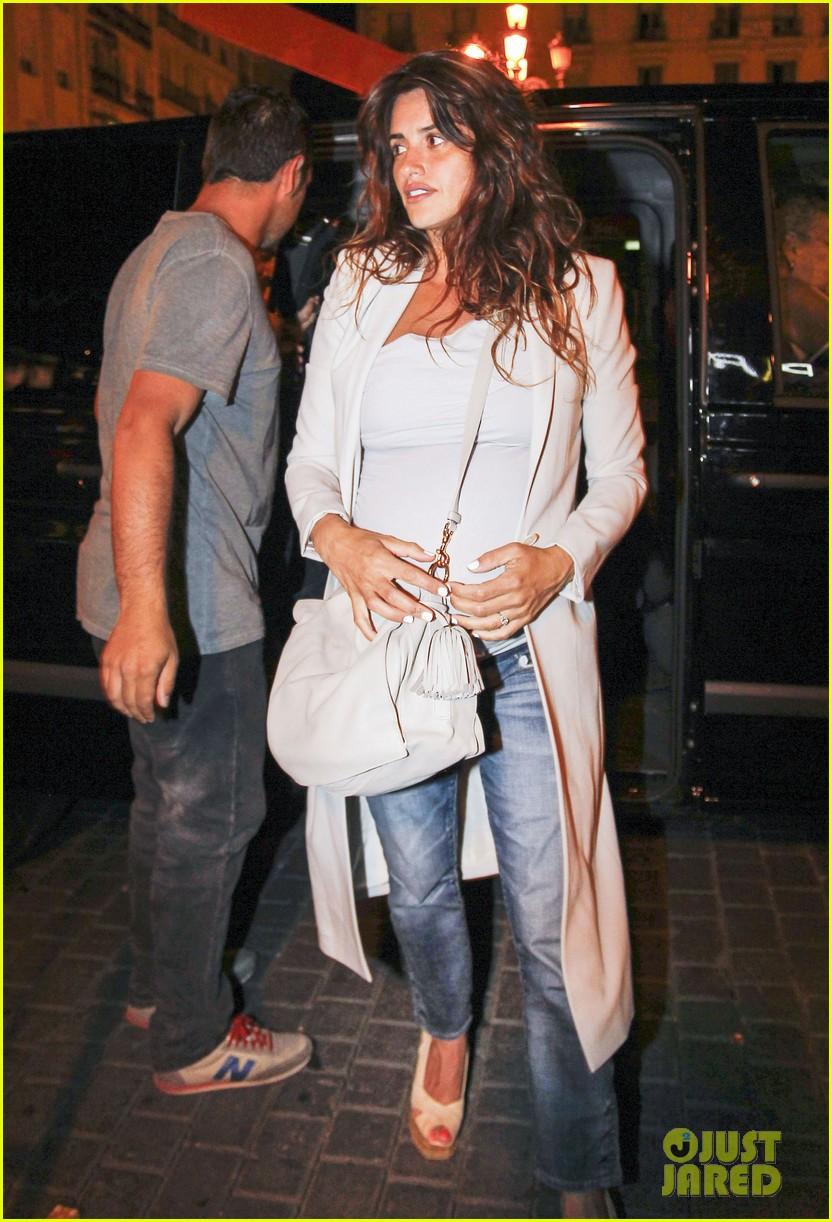 pregnant penelope cruz javier bardem dine out with family 072913897