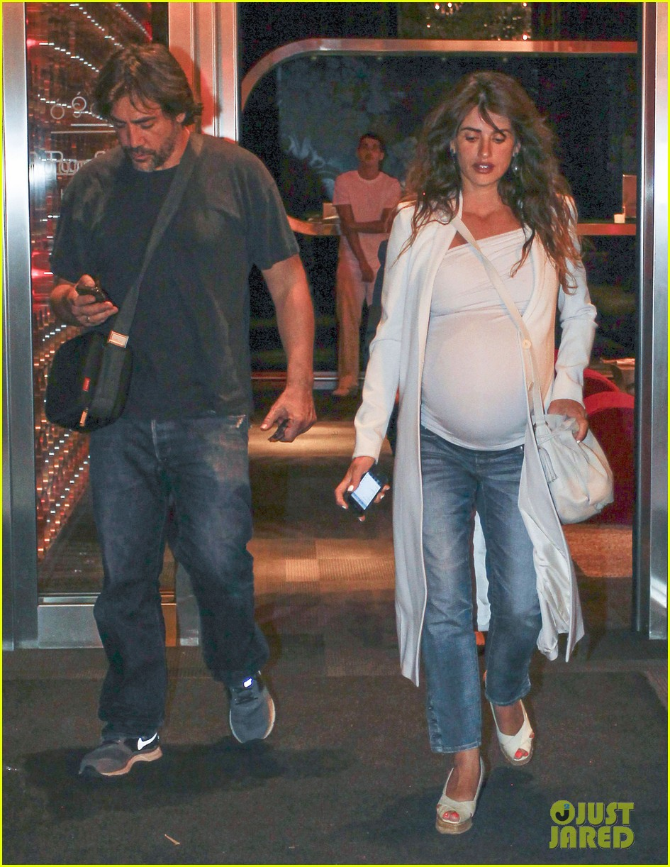 pregnant penelope cruz javier bardem dine out with family 142913904