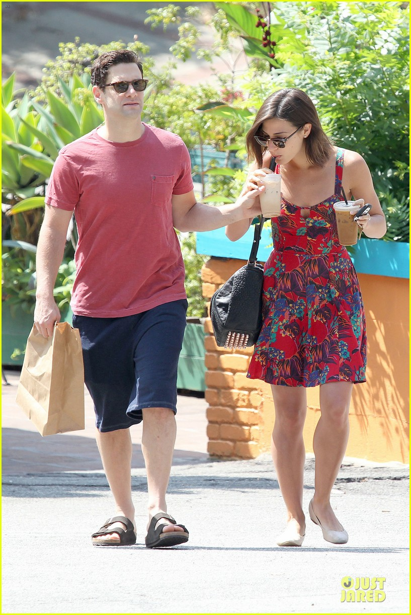 justin bartha lia smith iced coffee sharing couple 032905134