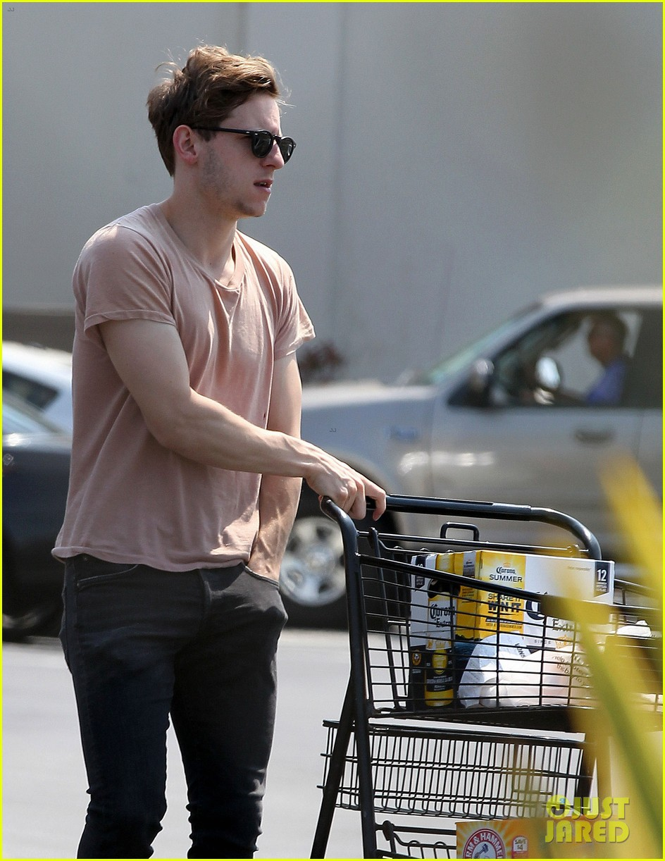 jamie bell grocery run in pacific palisades 102901914