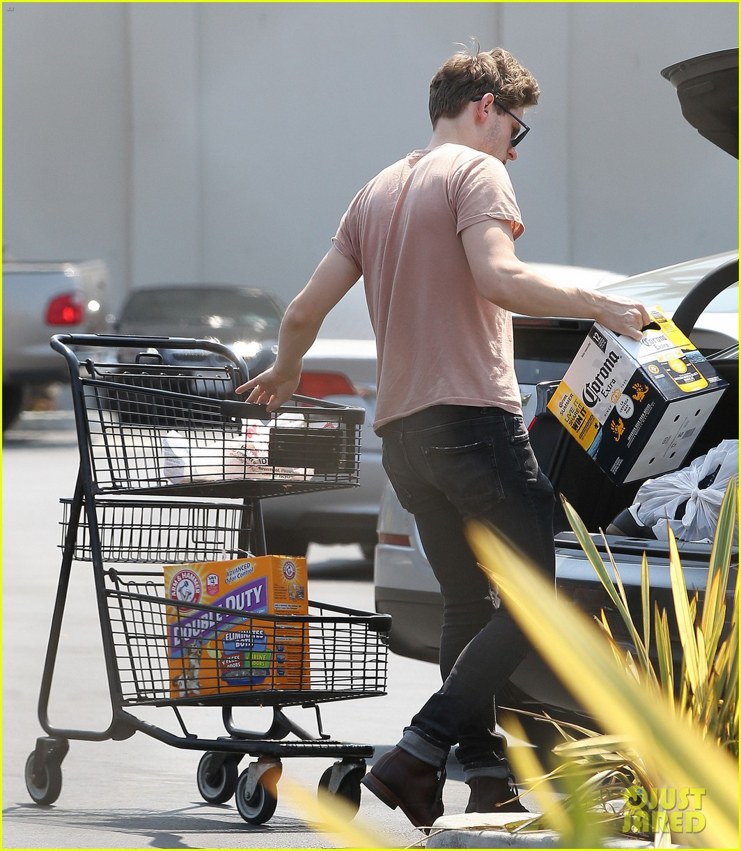 jamie bell grocery run in pacific palisades 122901916