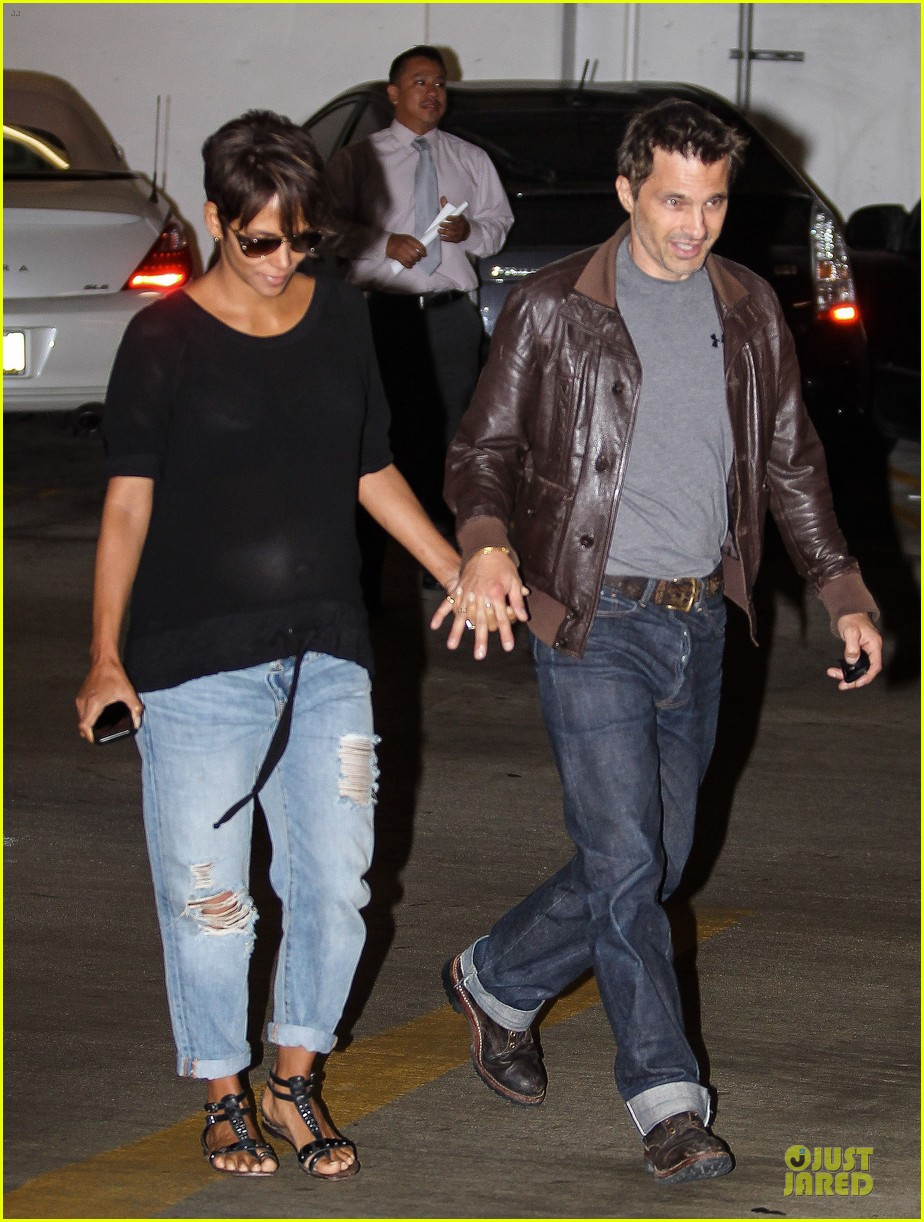 halle berry olivier martinez hold hands for baby checkup 05