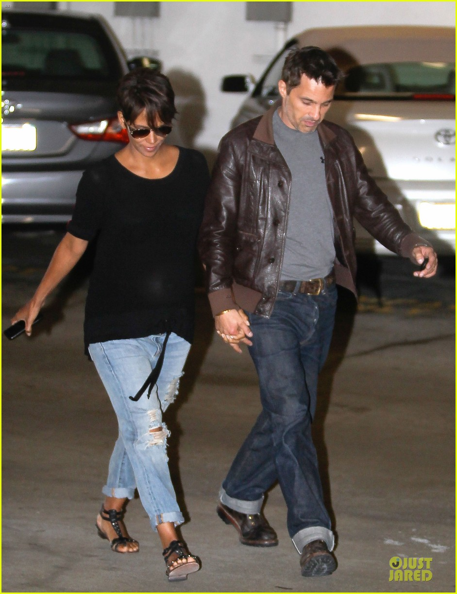 halle berry olivier martinez hold hands for baby checkup 07