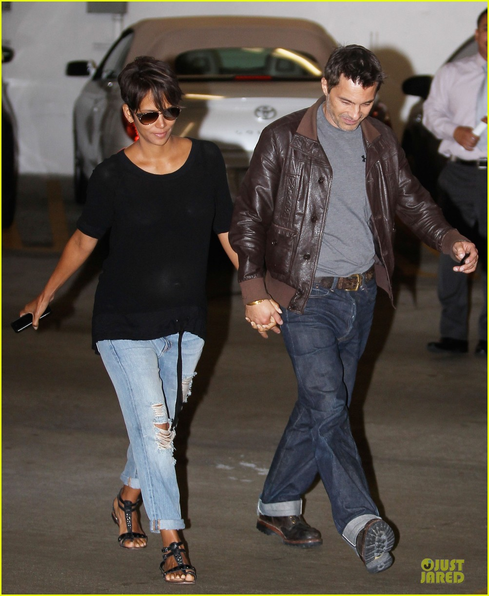 halle berry olivier martinez hold hands for baby checkup 082921118