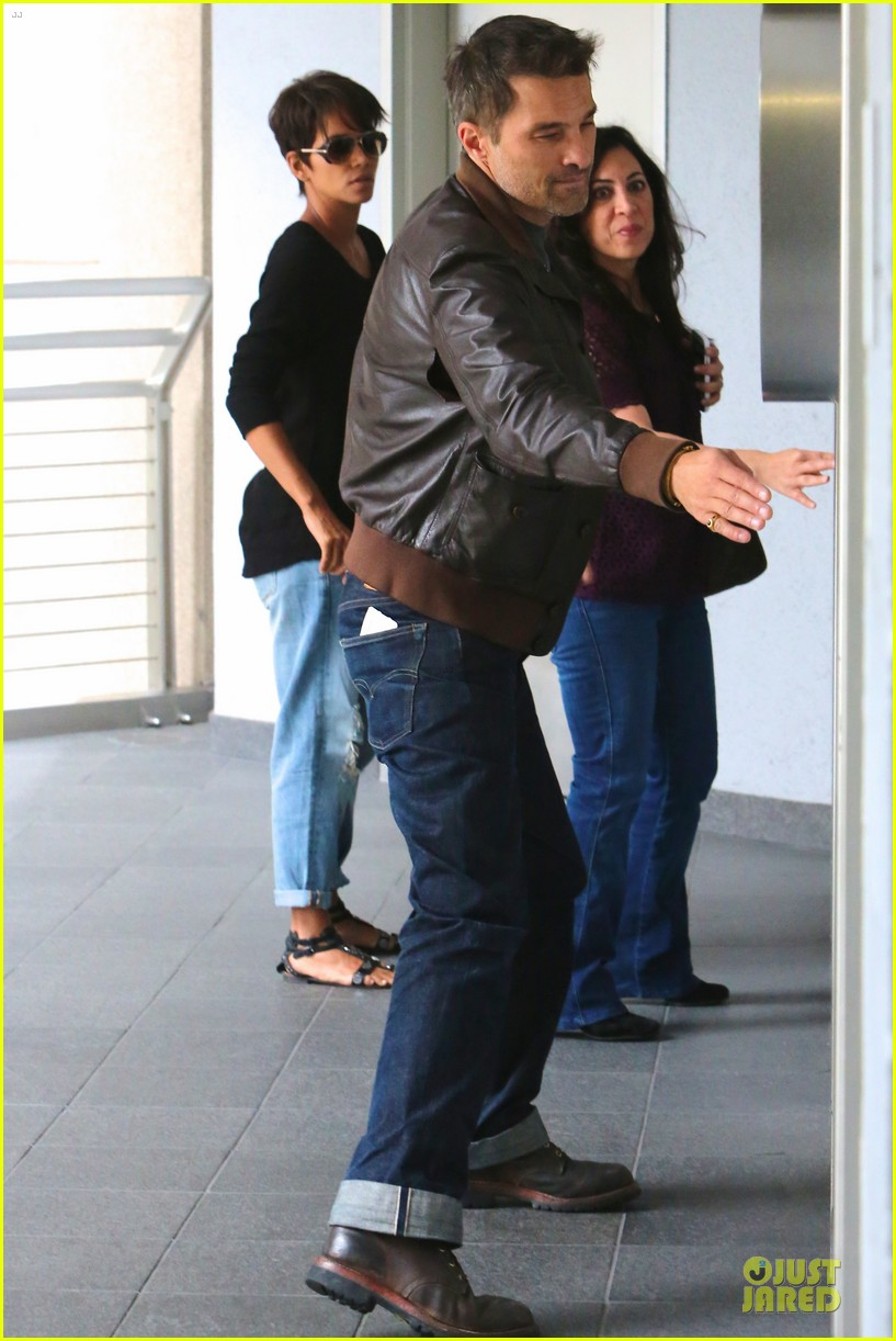 halle berry olivier martinez hold hands for baby checkup 112921121