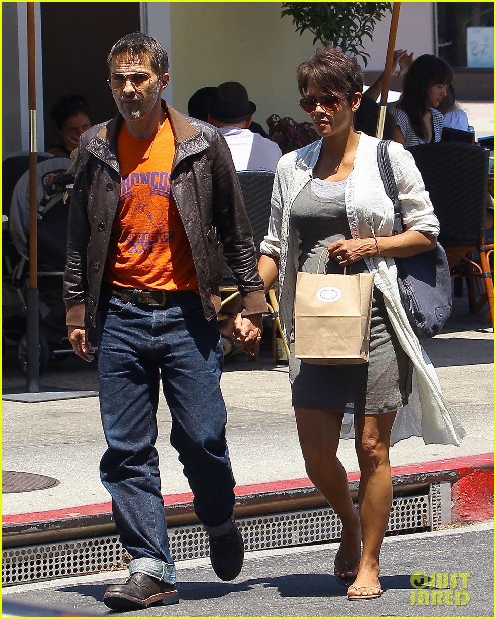 halle berry shows off growing baby bump with olivier martinez 012916938
