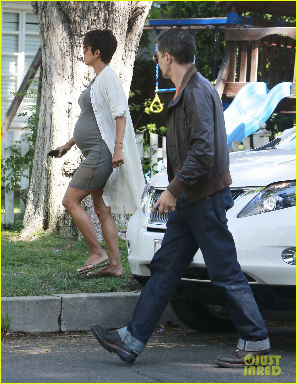 halle berry shows off growing baby bump with olivier martinez 032916940