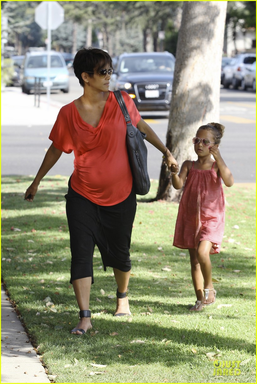 halle berry baby bump check up with nahla 16