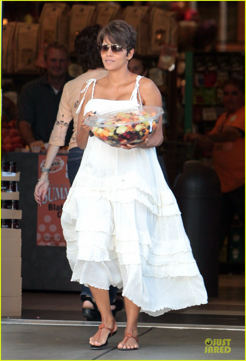 halle berry fruit salad pregnancy craving 032918102