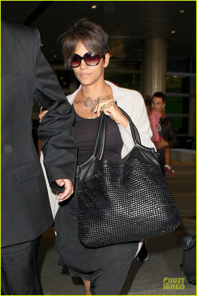 halle berry olivier martinez lax arrival after wedding 082910555