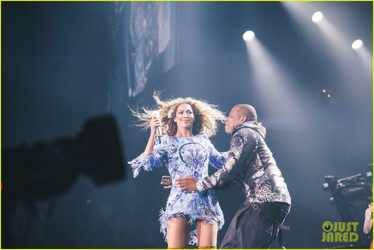 beyonce gets surprise kiss from jay z on mrs carter tour 02