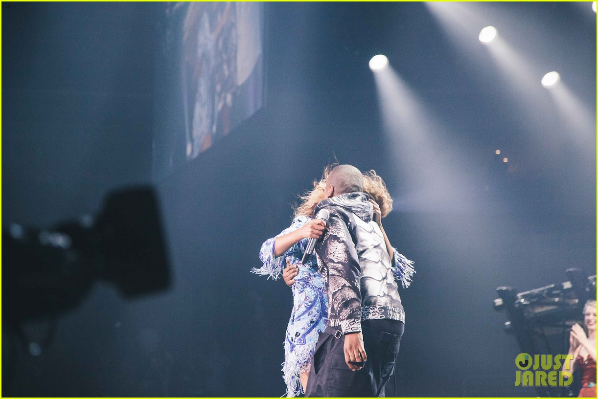 beyonce gets surprise kiss from jay z on mrs carter tour 062917557