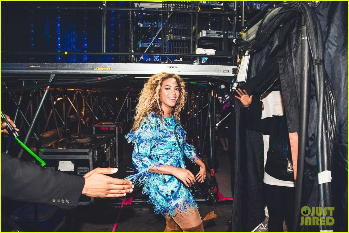 beyonce gets surprise kiss from jay z on mrs carter tour 102917561