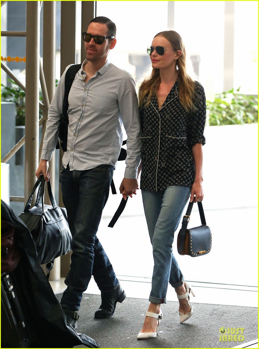 kate bosworth michael polish hold hands for south korea flight 03